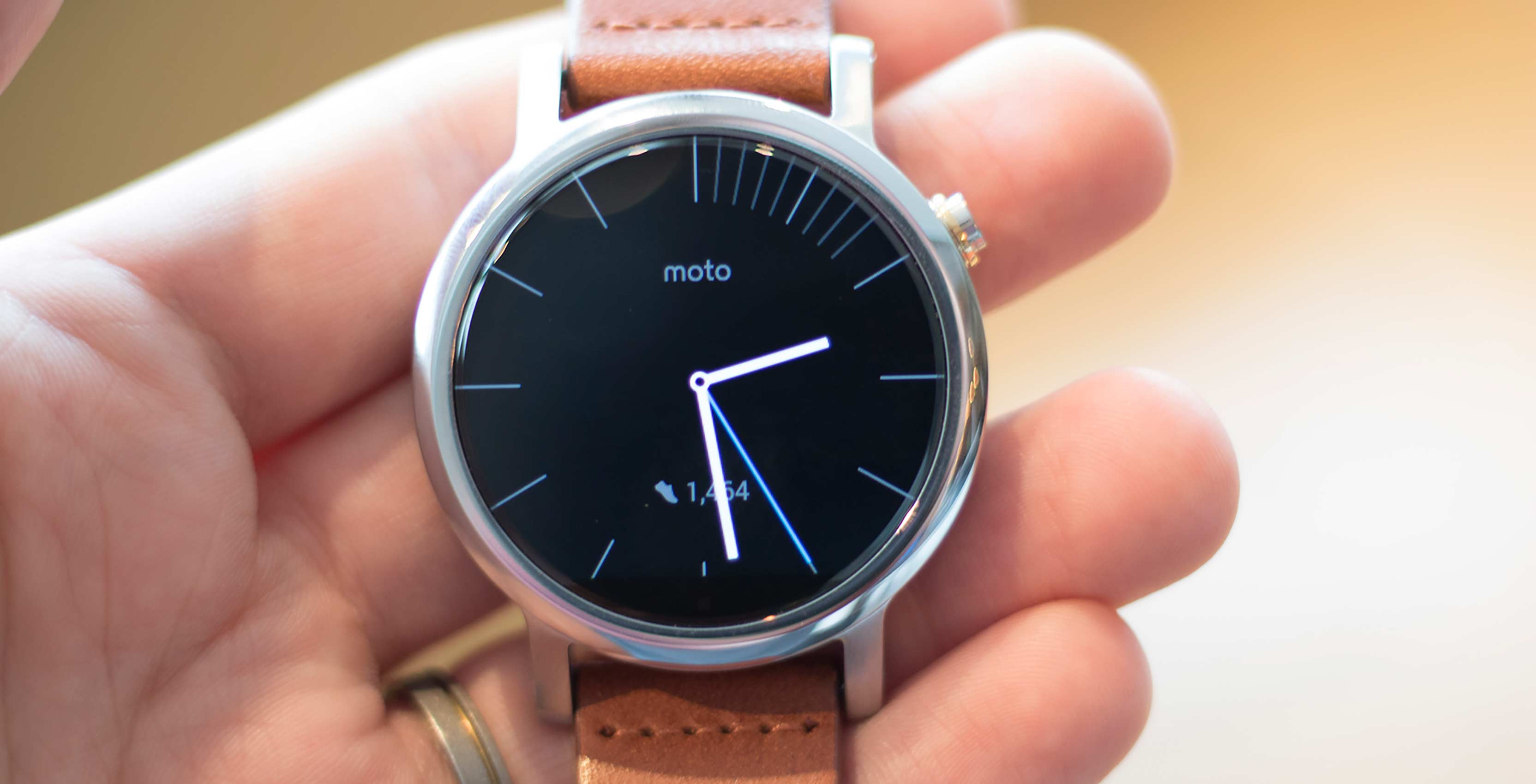 Moto 360 2nd Gen in hand