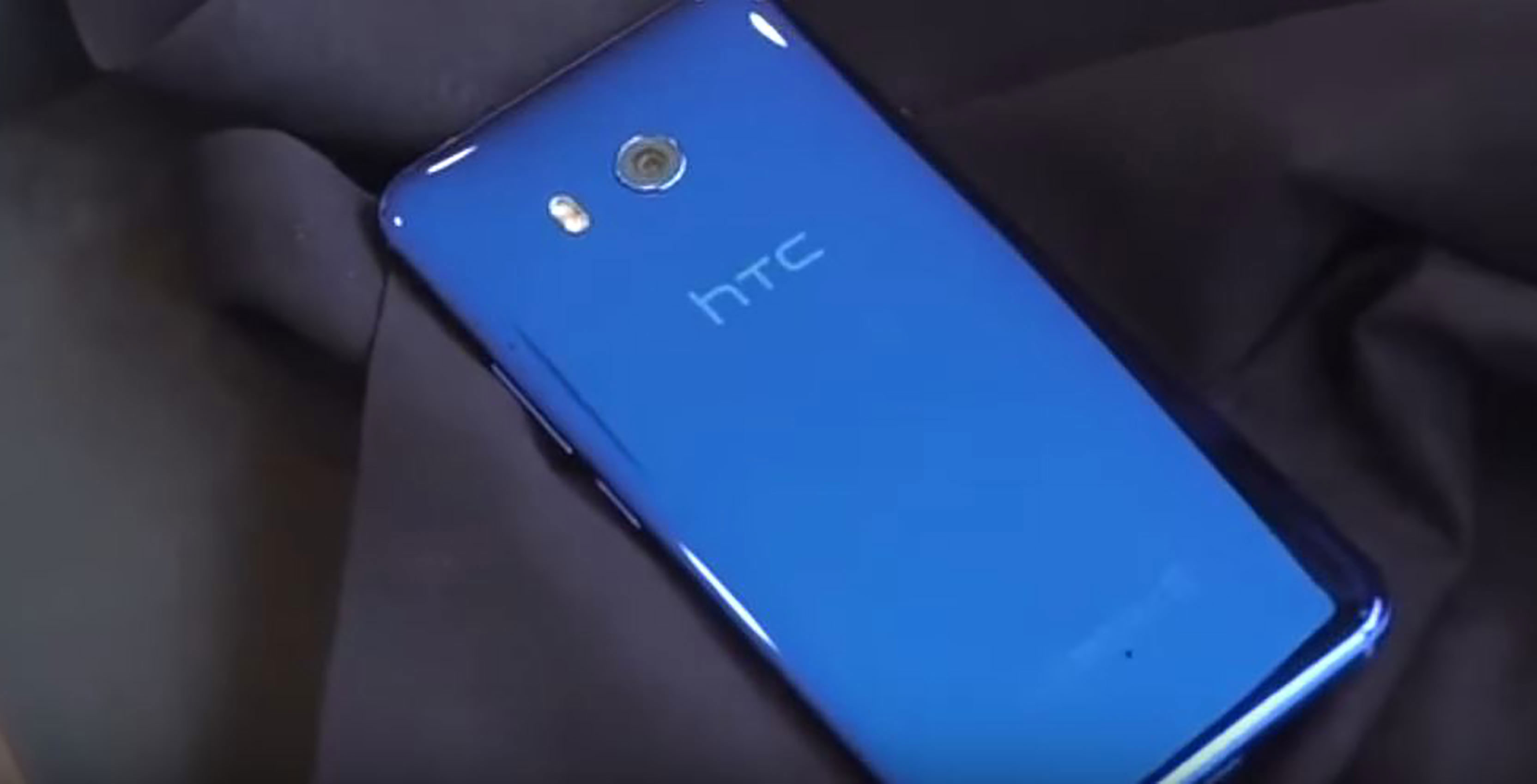 HTC U11 rear facing