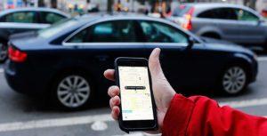 Uber app en el teléfono del coche de recogida