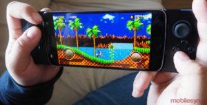 Motorola Moto Mod Gamepad in hand
