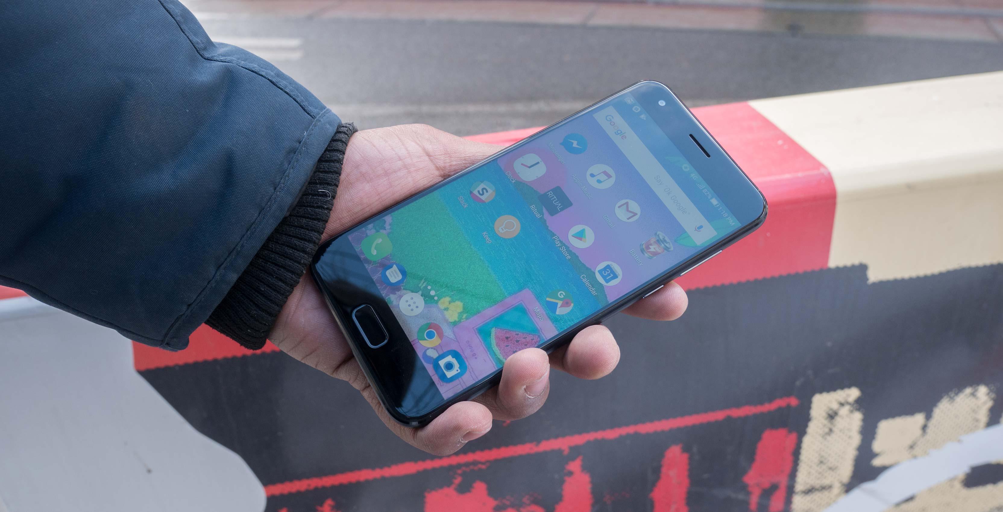 Asus ZenFone 4 in hand