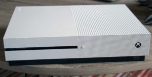 Xbox One S blanco en la tabla