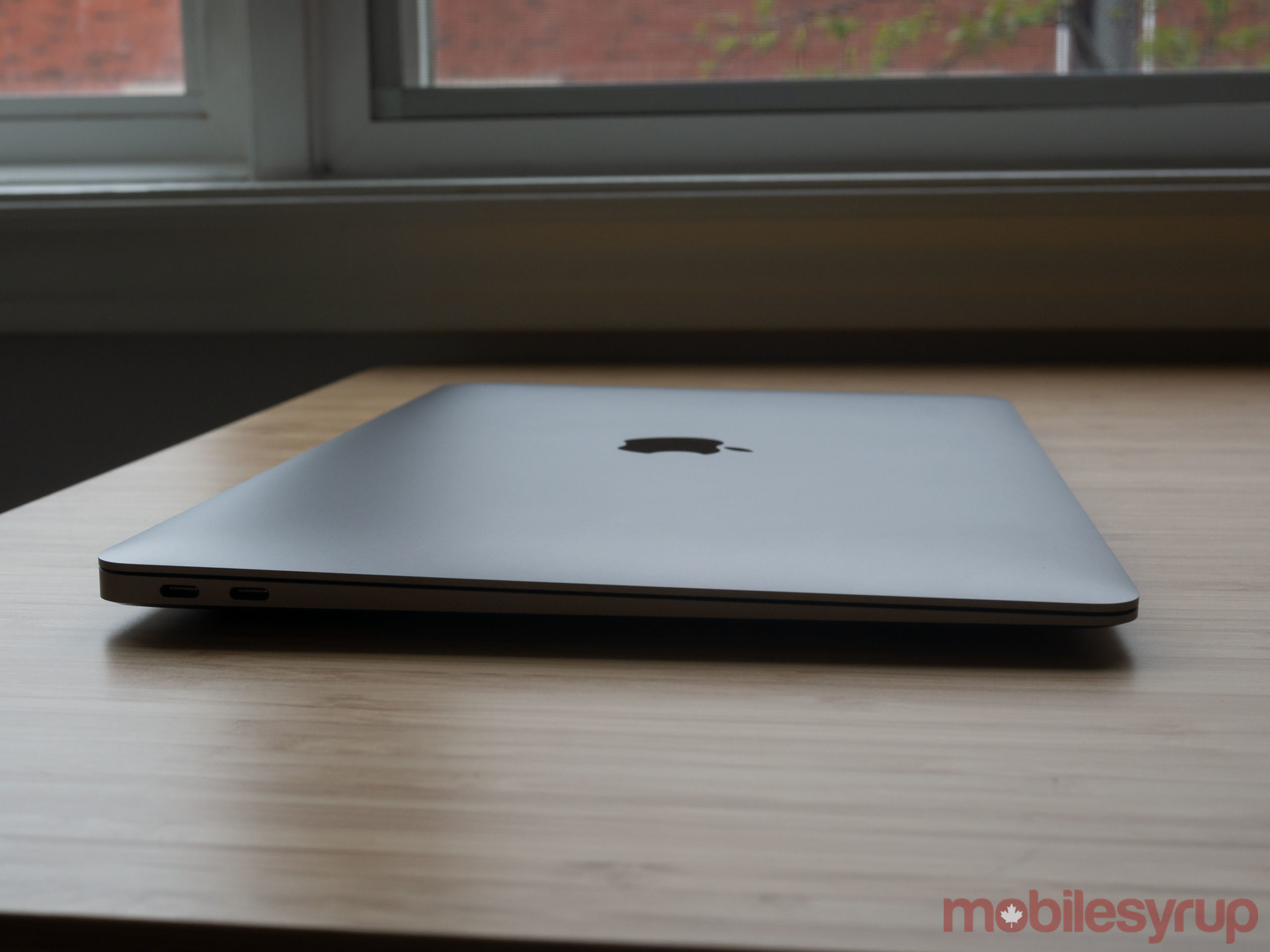 MacBook Air (2020) side